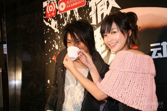 校园情色干师妹_阿杜上海宣传新专辑 师妹金莎送上大麦茶(组图)