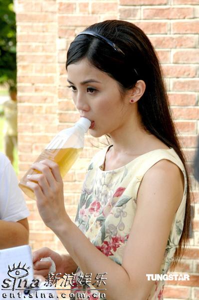 图文:《森之爱情》拍外景--蔡卓妍喝冷饮解暑