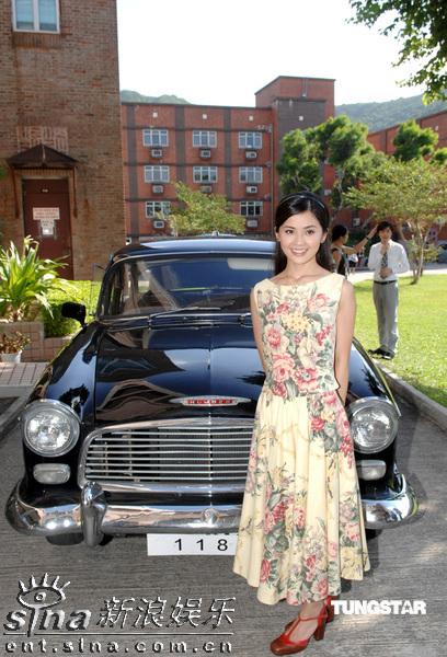 图文:《森之爱情》拍外景--蔡卓妍在道具车前