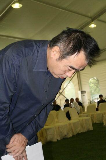 图文:池小宁追思会--陈凯歌在灵位前鞠躬
