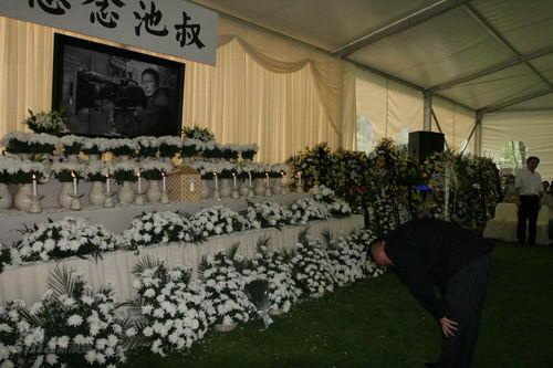 图文:池小宁追思会--灵位前堆满白花