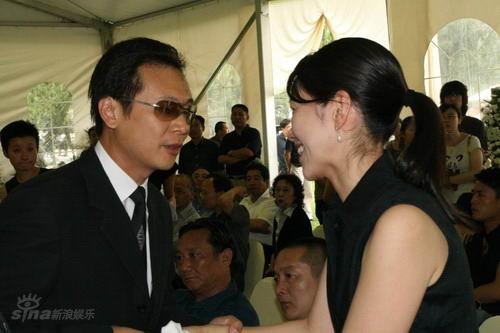 图文:池小宁追思会--张世慰问池小宁妻子