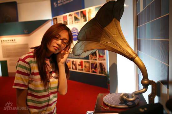 图文:型秀演员参观展览--沉浸在音乐中