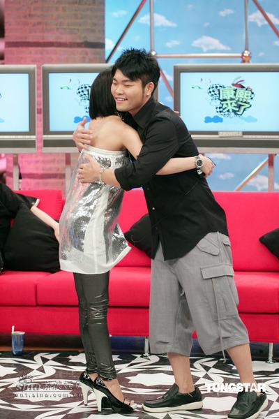 图文:蔡依林做客《康熙来了》--与李玖哲拥抱
