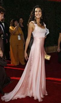 图文:《疯狂主妇》泰瑞-海切尔着粉色曳地礼服