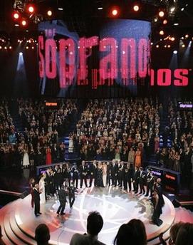 图文:获奖大热门《黑道家族》演员集体亮相舞台