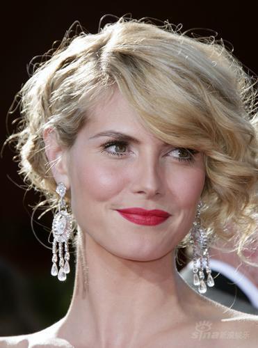 ...拉姆金色卷发 大款耳环抢眼   名模海蒂-克拉姆金色卷发 大款...