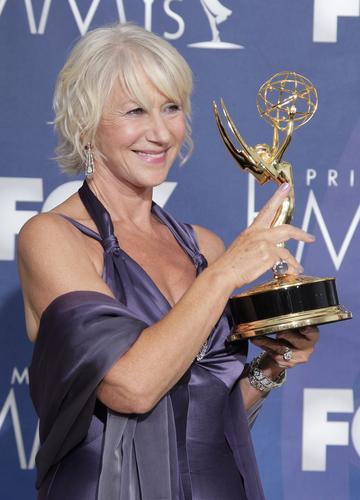 图文:海伦米伦获颁迷你剧或电影类最佳女主角