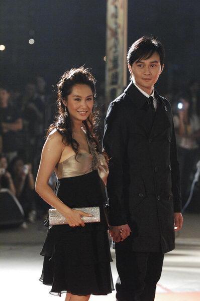 图文:功夫盛典红地毯-朱茵和张智霖牵手亮相