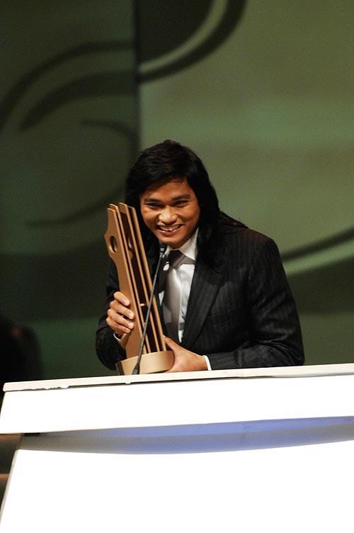 图文:功夫盛典颁奖礼-泰国演员托尼贾捧奖杯
