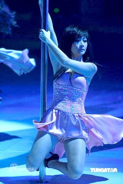 性感诱人的美女钢管舞