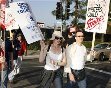 图文:罢工进行时--《CSI》女星加入游行队伍