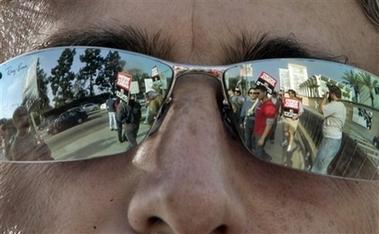 图文:罢工进行时--《单身毒妈》编剧的墨镜