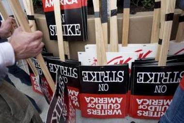 图文:罢工进行时--示威者在派拉蒙门口拿标牌