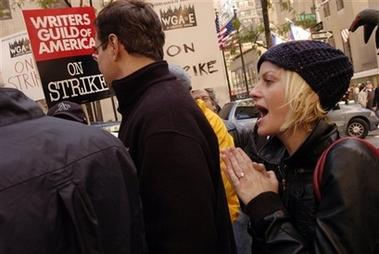 图文:罢工进行时--《狂热周末》剧组加入游行