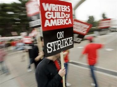 图文:罢工进行时--游行示威者高举标牌