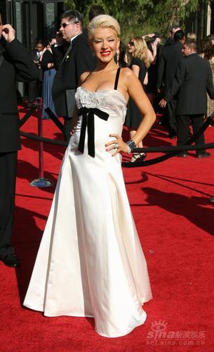 图文:女星克里斯蒂娜华丽亮相艾美奖红地毯