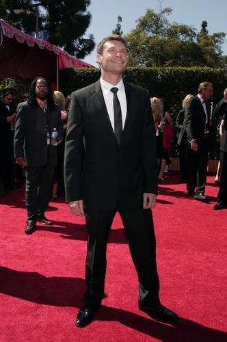 图文:艾美奖红地毯--主持人瑞安-西克雷斯特