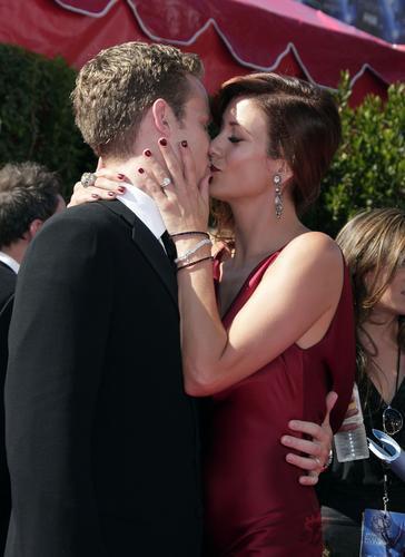 图文:凯特-沃什携丈夫亮相拥身黏吻秀恩爱