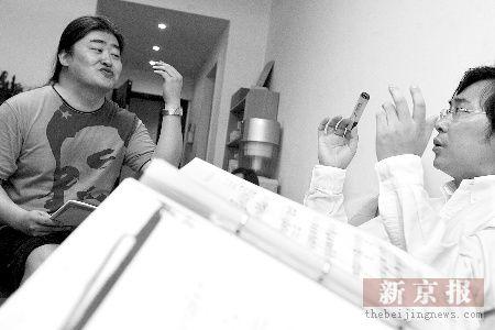 对谱的歌曲是《弯弯的月亮》.本报记者王嘉宁摄-刘欢莫华伦廖昌永