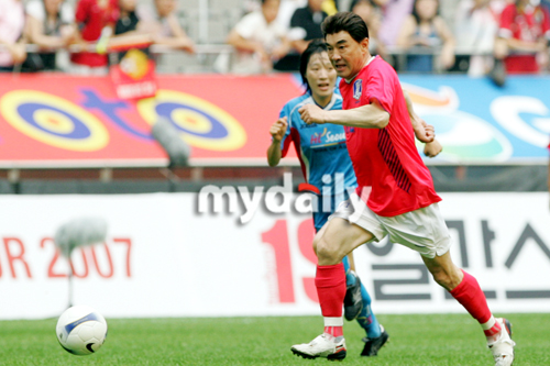 韩国艺人全明星球队与首尔女子足球队的友谊比