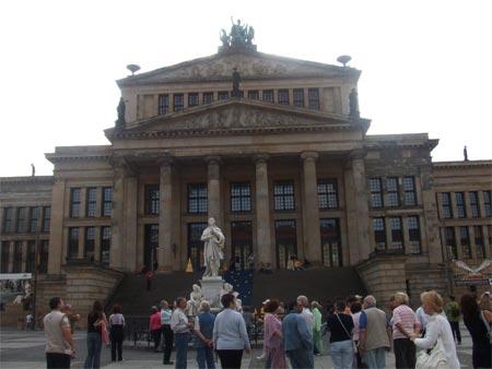 观众陆续走进柏林音乐厅(图)