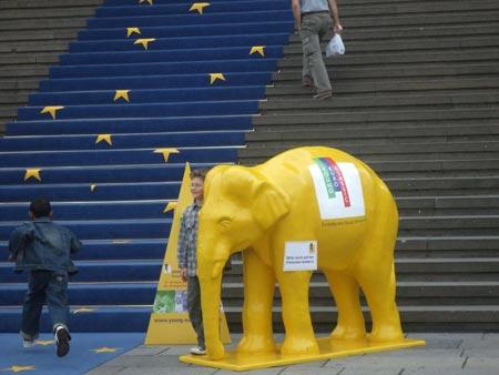柏林音乐厅门口的黄色大象(图)