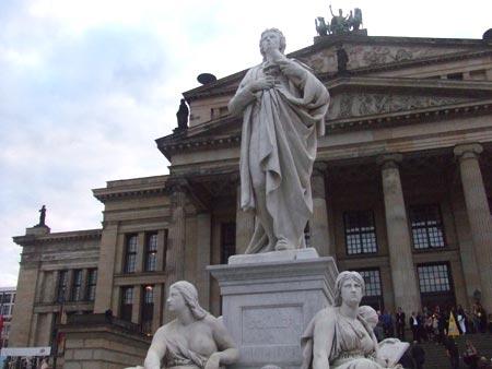 柏林音乐厅门口的雕像(图)