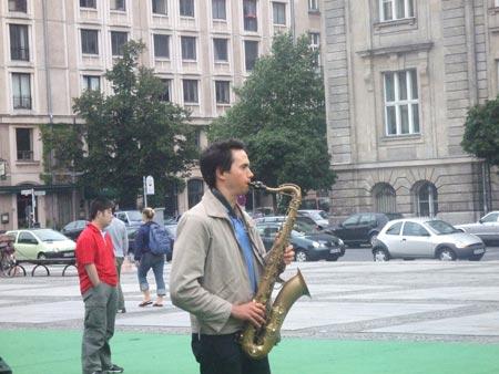 柏林音乐厅门口的街头艺人(图)