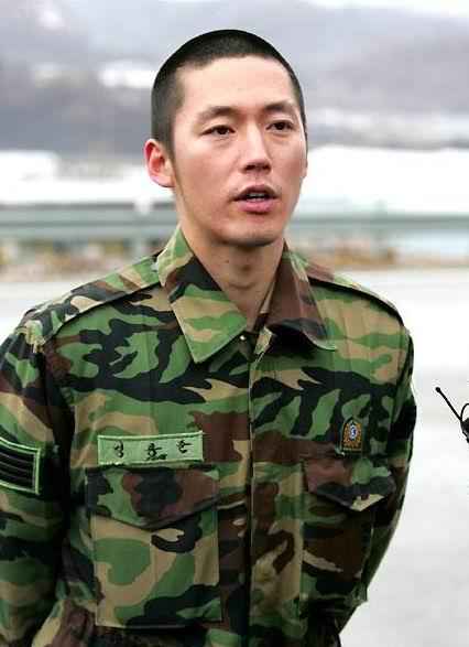 资料图片:韩国男星服役期间军装照--张赫