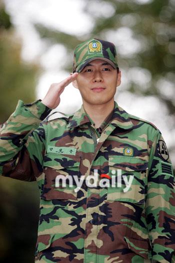 资料图片:韩国男星服役期间军装照--延正勋