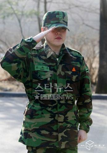 资料图片:韩国男星服役期间军装照--文熙俊