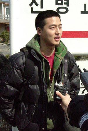资料图片:韩国男星服役期间军装照--李廷镇