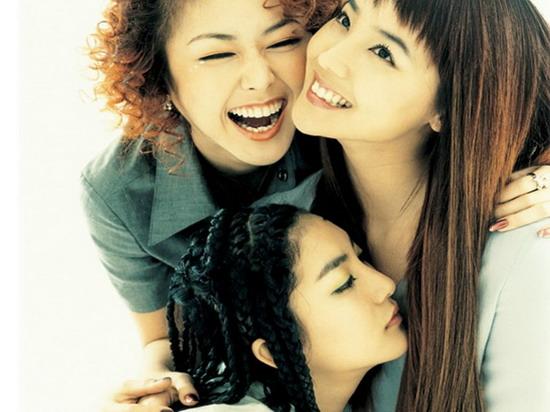 BEST》,凭借甜美温柔的外表和精湛的表演实力,成为当时韩国最受欢迎的女歌手,SEA和SHOO也在背后作为坚强的后盾支持着好姐妹的演艺发展。而后除了继续主持电视节目和广播之外,EUGENE也向影视界进军,先后出演了多部人气电视剧,像《人鱼公主》、《请跟我跳最后一支舞》等等,演技得到了大众的认可,从此又多了女演员这一身份。   组合解散后,SEA在公司签约一波三折后终于安定下来,潜心进修音乐课程,积累了更多音乐元素的SEA正式将艺名改为Bada,带着自己准备已久的个人专辑重新出发,演唱风格的多元化以及精湛的