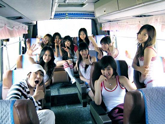 图文:韩国组合三代变迁之少女时代-车厢合影