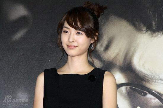 图文:《M》首映记者会--李妍熙甜美笑容