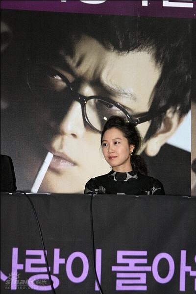 图文:《M》首映记者会--孔孝真在海报前
