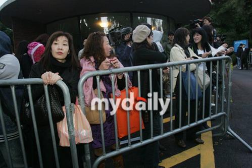 图文:金喜善大婚众星道贺--日本fans来到现场