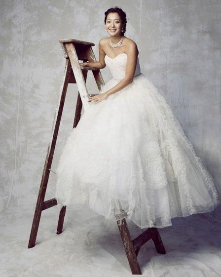 图文:金喜善未公开婚纱照--新娘的笑容