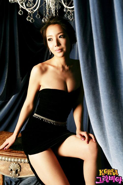 图文:韩星何英租豪宅拍性感写真--黑色性感
