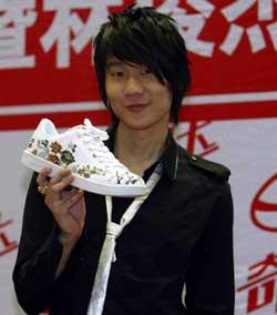 林俊杰老歌《江南》做成鞋小天王为新鞋签名