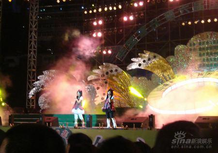 童话演唱团重庆开唱酷暑穿蓬蓬裙洗桑拿(图)