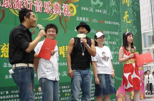 刘�u宏《天使之城》发行活动现场再现贴心歌迷