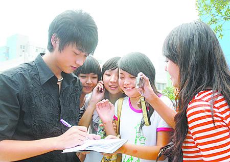www.sina.com.cn_快男季军昨低调回川音报到 魏晨为4039号 http://www.sina.com.