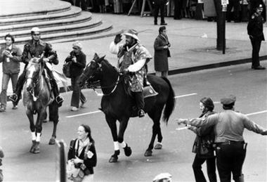资料图片:歌王帕瓦罗蒂骑马游城黑白照