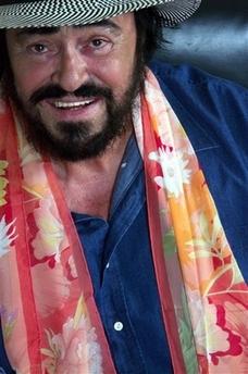 资料图片:帕瓦罗蒂戴心爱的丝巾拍摄写真