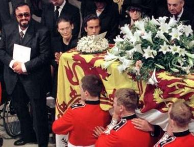 资料图片:帕瓦罗蒂参加戴安娜王妃葬礼