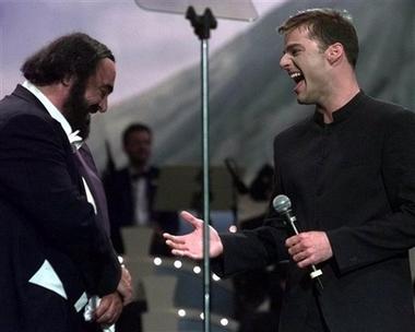 资料图片:帕瓦罗蒂与歌手瑞奇-马丁说笑