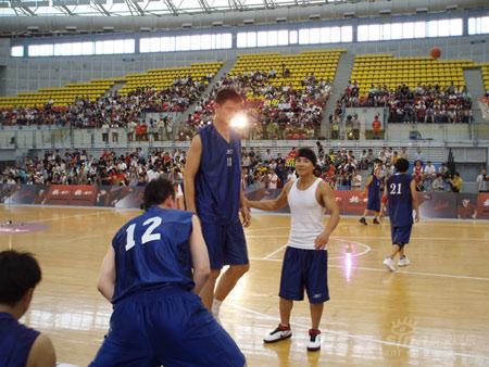 刘�u宏与姚明试比高并肩作战参加慈善篮球赛