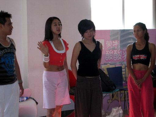 来自韩国的美女教练咸素媛在风云音乐学院担任瑜伽